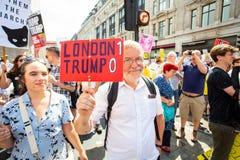 Les protestataires prennent aux rues de Londres pour protester la visite de Donald Trump photo libre de droits