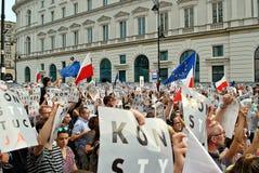 Les protestataires se rassemblent devant le palais présidentiel à Varsovie images stock