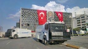 Les protestateurs s'opposent avec les policiers turcs d'émeute sur le chemin à la place de Taksim à Istanbul Photo stock