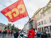 Les protestations dans les Frances contre le macron reforme l'homme avec le drapeau de SGT Photographie stock