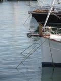 Les proues des voiliers de luxe ont amarré dans le port en Marina di Pisa, Toscane, Italie Photo libre de droits