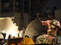 Les prêtres de Brahmin conduisent l'aarti Image libre de droits