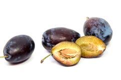 Les pruneaux de prune de prunes taillent la tranche les fruits qu'organiques portent des fruits sur un fond blanc Photos stock