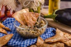 Les puces de tortilla faites maison avec l'ail et l'aubergine plongent photos libres de droits