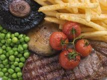Les puces et le gril de bifteck d'aloyau garnissent Images stock