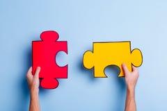 Les puzzles de la prise deux de mains Un déjeuner sec dans une cuillère Images libres de droits