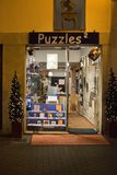 Les puzzles stockent avec des décorations de lumière de Noël de soirée Photos stock