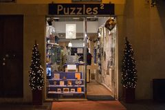 Les puzzles stockent avec des décorations de lumière de Noël de soirée Images stock