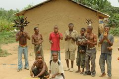 Les pygmées dansent dans le village. Image stock