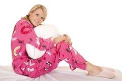 Les pyjamas roses de femme reposent le regard d'oreiller de prise Photographie stock