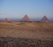 Les pyramides de Giza au lever de soleil Image libre de droits