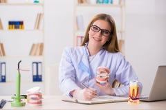 Les qualifications de pratique d'étudiant d'art dentaire dans la salle de classe photos libres de droits