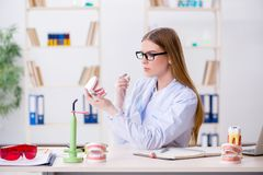 Les qualifications de pratique d'étudiant d'art dentaire dans la salle de classe photographie stock