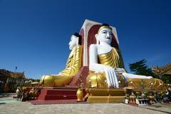 Les quatre Buddhas se reposant à la pagoda de Kyaikpun r myanmar Photos libres de droits
