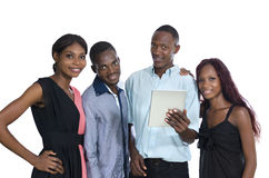 Les quatre jeunes africains avec la tablette ayant l'amusement Photo stock
