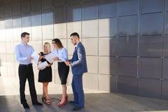 Les quatre jeunes, deux hommes et deux femmes, étudiantes, communiquent, Image libre de droits