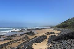 Les récifs sur un sable échouent, nature africaine dans le Cap-Oriental, Afrique du Sud, côte sauvage, lubungula Photos libres de droits