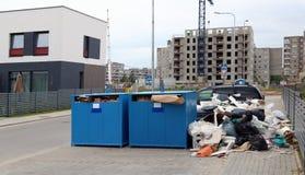 Les récipients et les réservoirs débordés de déchets près du secteur de l'escroquerie photo stock