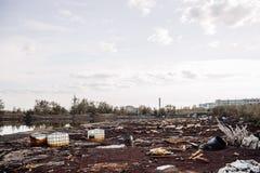 Les récipients toxiques et les déchets se trouvant sur le produit chimique ont souillé le wast photo stock