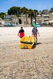 Les récolteuses de Yster portent le bateau sur la plage urbaine dans Cancale Images libres de droits