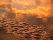 les réflexions d'île de chasse sablent le lever de soleil de mer Images libres de droits