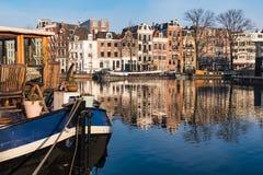 Les réflexions d'Amsterdam et d'un bateau-maison image libre de droits