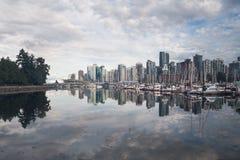 Les réflexions d'horizon de ville dans l'océan aboient du parc de Stanley Photos libres de droits