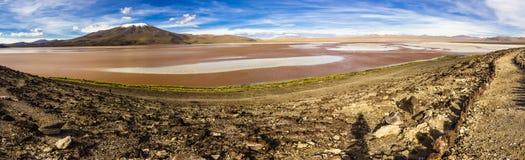 Les réflexions d'Uyuni sont l'une des choses les plus étonnantes qu'un photographe peut voir Ici nous pouvons voir comment le lev image stock