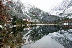 Les réflexions dans le lac calme arrosent avec la neige et les montagnes Image libre de droits