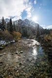 Les réflexions dans le lac calme arrosent avec la neige et les montagnes Photographie stock libre de droits