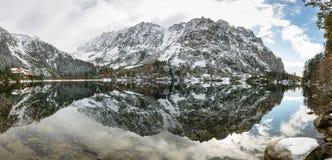 Les réflexions dans le lac calme arrosent avec la neige et les montagnes Photos stock