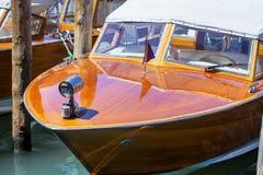 les réflexions de canal de bateau couvrent le voyage Venise vénitienne de taxi Photos stock