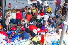 Les réfugiés échoués dans la section souterraine du Keleti s'exercent Photo stock