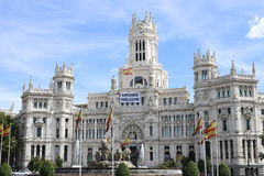 Les réfugiés souhaitent la bienvenue, lisent se connectent la ville hôtel de Madrid Photos stock