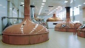 Les réservoirs de brassage ont installé dans une distillerie banque de vidéos