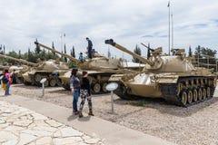 Les réservoirs se trouvent sur le chantier commémoratif près du musée blindé de corps dans Latrun, Israël photographie stock libre de droits