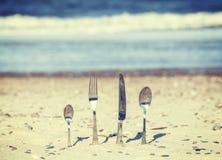 Les rétros couverts modifiés la tonalité ont collé en sable sur la plage photos libres de droits