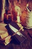 Les rétros objets font varier le pas et le livre de leaher avec la lumière de bougie Images stock