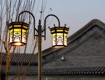Les réverbères de Tradional allument un hutong de Pékin Photo stock