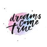 Les rêves viennent véritable lettrage tiré par la main sur l'éclaboussure violette d'aquarelle Image stock