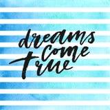 Les rêves viennent véritable lettrage tiré par la main sur les rayures bleues d'aquarelle Photo libre de droits