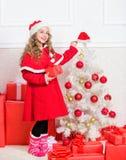 Les rêves viennent vrai Concept d'an neuf heureux Déballage du cadeau de Noël Tradition de vacances d'hiver La fille célèbrent No images stock