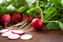Les radis frais avec saluent des dessus Photos libres de droits