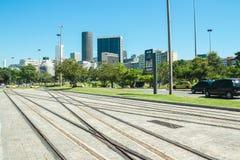 Les rails du nouveau tram appelle le ` du ` VLT devant l'aéroport de Santos Dumont, Rio de Janeiro Photos libres de droits