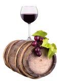 Les raisins avec le verre de vin et le vintage en bois barrel Photos libres de droits