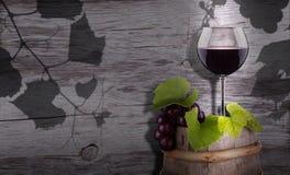 Les raisins et le verre de vin sur un vintage en bois barrel Photo libre de droits
