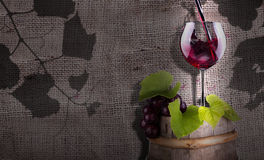 Les raisins et le vin sur un vintage en bois barrel Photographie stock libre de droits