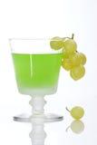 Les raisins ont plongé dans la boisson alcoolisée Photographie stock libre de droits