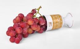 Les raisins ont plu à torrents hors d'une cuvette de vin Photographie stock