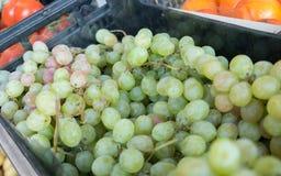 Les raisins vert-jaunes d'hiver à vendre au marché local d'agriculteurs lisbonne photo stock